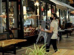Provincia de Buenos Aires evalúa que solo los vacunados ingresen a bares y restaurantes.